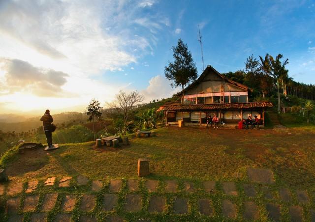 Tempat nongkrong di moko. Disini tempatnya jika kita ingin menyaksikan matahari terbenam. Rumah dibelakang itu adalah warung daweung, kita bisa membeli makanan disini.