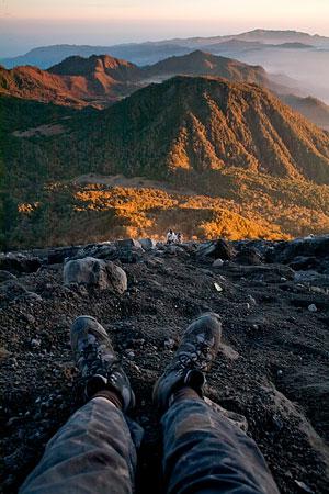 Hampir puncak, lagi sunrise, istirahat dulu foto-foto.