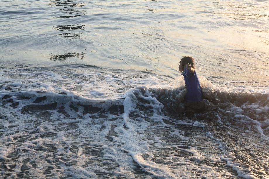 Gadis kecil ini juga membantu ibunya mencari  keong.