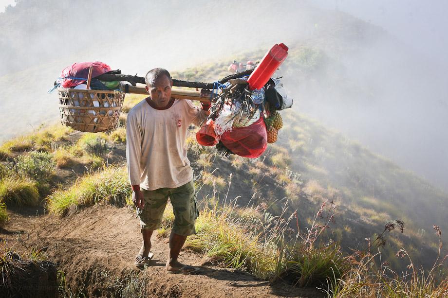 Semua perlengkapan pendaki ia bawa. Mulai dari tenda, air, dan segala jenis makanan 'full size'