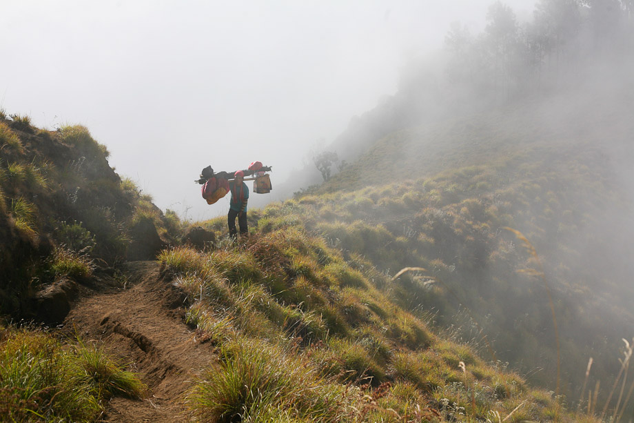 Porter Rinjani berjalan di tengah kabut