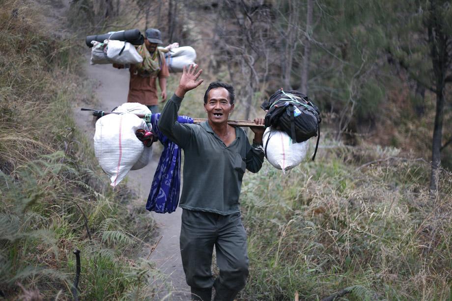 Di semeru juga ada porter bagi yang tidak ingin membawa perlengkapannya sendiri.