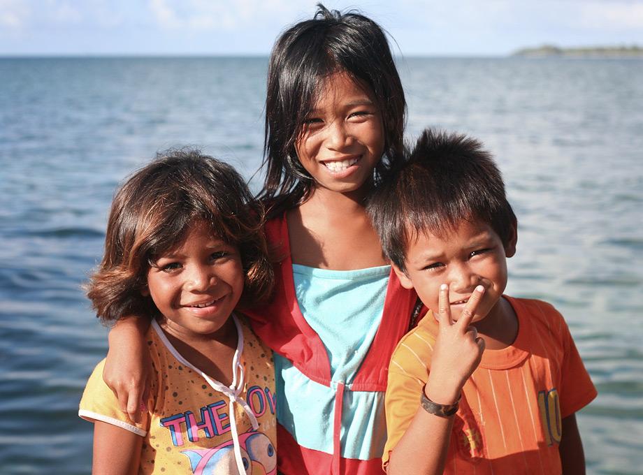 Anak-anak suku bajo telah  akrab dengan laut sejak kecil. Bahkan, beberapa hari setelah lahir, mereka akan dimandikan air laut.