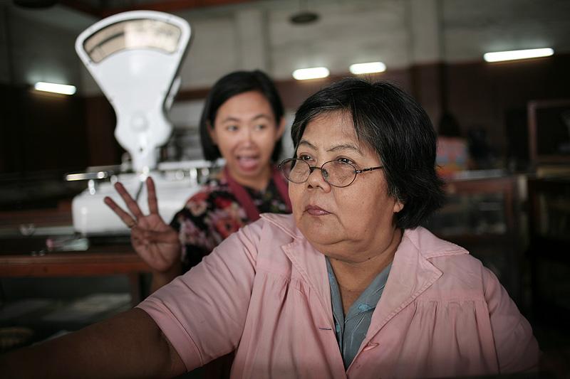 Ibu pelayan Roti Braga permai