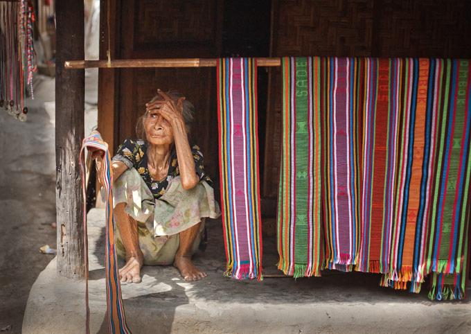 Nenek penjual kain tenun Sade