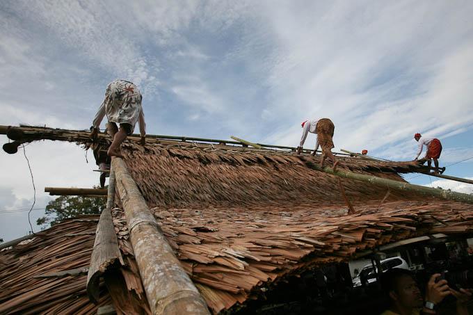 Memasang atap sasadu