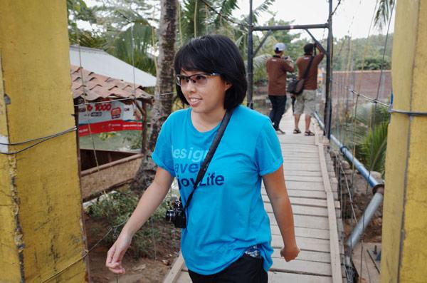 Melewati jembatan Desa Sawarna yang bikin deg-degan dan serasa gempa setelah melewatinya.