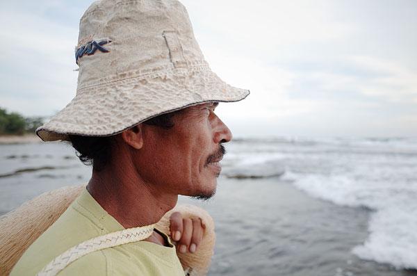 Bapak ini mencari ikan layangan, sejenis ikan tongkol kecil yang banyak hinggap bersama ombak.