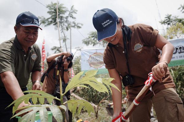 Tim #terios7wonders melakukan CSR dengan menanam seribu buah pohon di kinahrejo