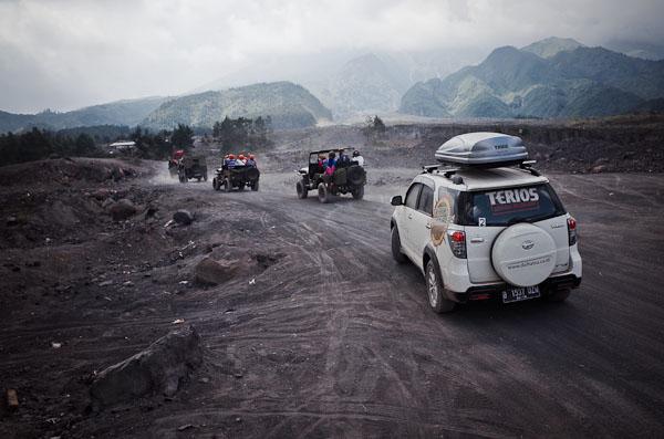 Karena biasanya jeep-jeep hardtop 4wd yang bisa kesini.