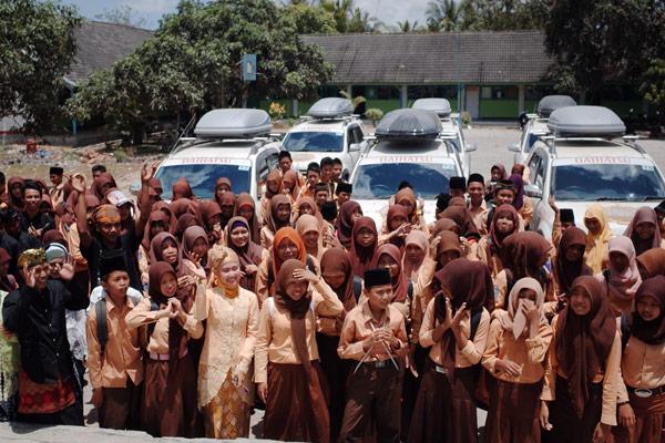 CSR di lombok, tim daihatsu terios memberikan beberapa beasiswa dan buku untuk salah satu sekolah di pesisir selatan lombok.