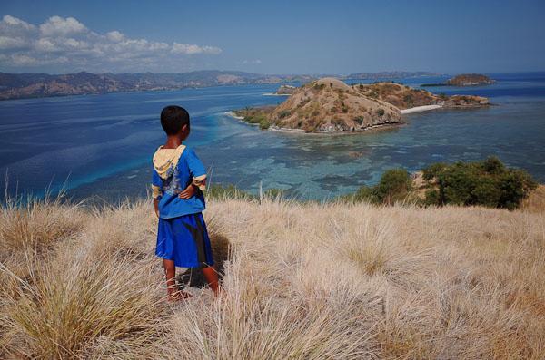Ini si Udin, anak Riung yang menemani saya di kapal dan menunjukan jalan ke Bukit. My little guide :D