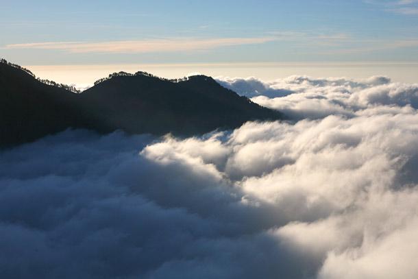 Kau mainkan untukku Sebuah lagu tentang negeri di awan Dan kini tengah kaubawa Aku menuju kesana