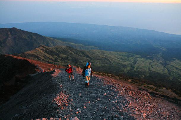 Jalur menuju puncak sesaat setelah matahari muncul