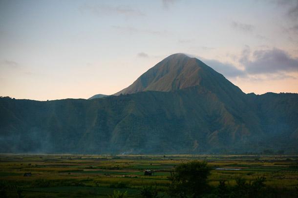 Setiap naik gunung, terasa bumi dan udaranya menjadi berbeda. Seperti saat itu di sembalun, jantung saya selalu berdegup kencang makin mendekati Rinjani.