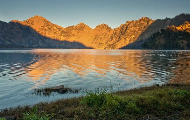 Jangan senang dulu, untuk turun gunung ini, kita harus naik lagi ke atas, baru turun lagi. Karena danau ini seperti mangkok.