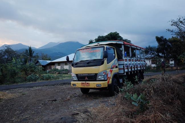 Truk sayur dari Ruteng menuju Dintor.  Angkutan alternatif menuju Wae Rebo. Dari Dintor ke ruteng berangkat saat subuh, dan kembali ke Dintor siang hari.