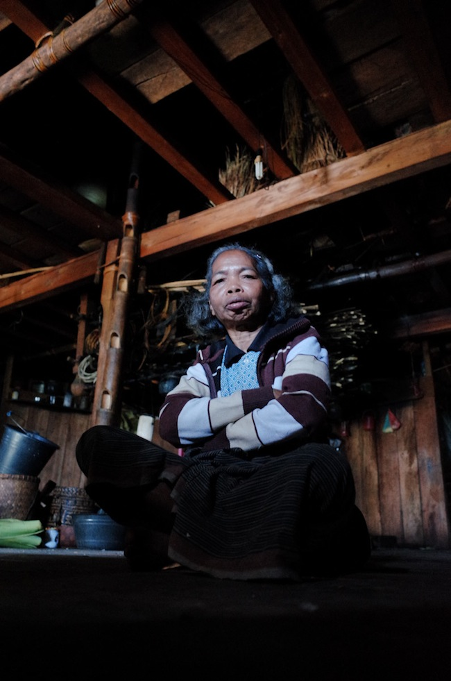 Seorang ibu di waerebo yang selalu senyam-senyum dan menawarkan kopi, walaupun kami telah disuguhinya berkali-kali. Belakangan, kami tahu katanya ia mengalami sedikit gangguan jiwa...