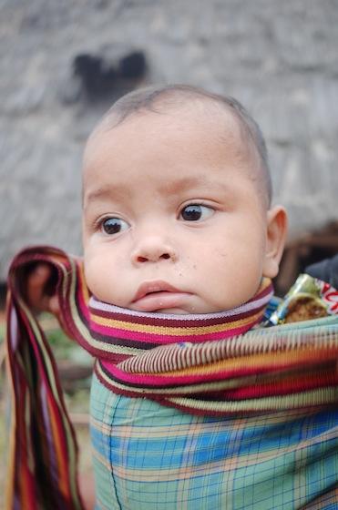 What a cute boy! Kain yang dikenakannya adalah ikat kepala yang saya beli di Bima, Sumbawa.
