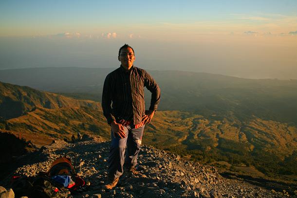 Teman saya mas erik yang rela ganti baju batik saat di hampir di puncak Rinjani hanya demi foto...