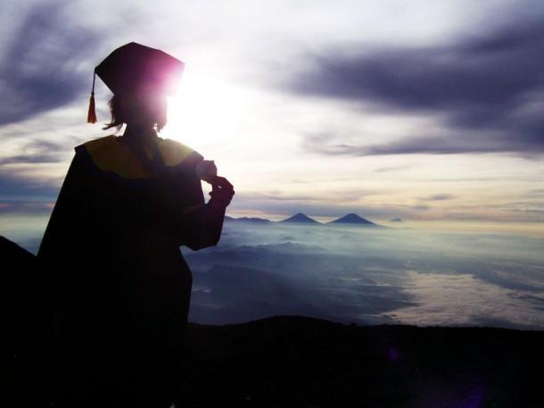 Teman saya si kaka @premous yang rela bawa baju toga ke atas puncak gunung Slamet...Cek blog nya di premous.blogspot.com