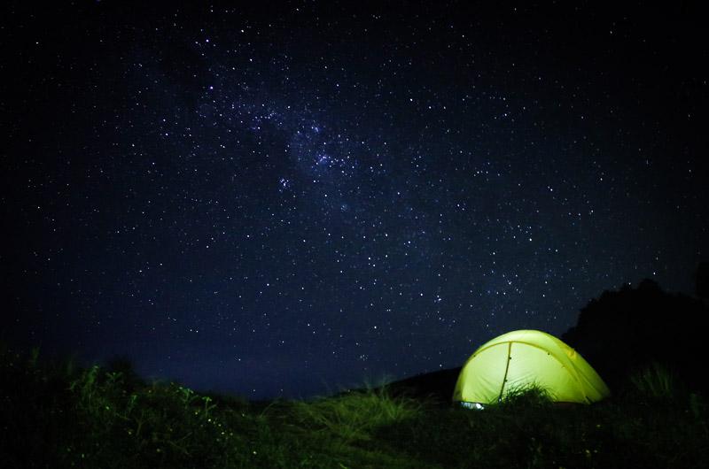 Sampai di camp malam hari dan langsung disambut jutaan bintang. Tadinya mau motret banyak. Tapi...DINGIN BANGET SOB. Jadinya cuma ngambil 2-3 foto dan langsung masuk tenda.