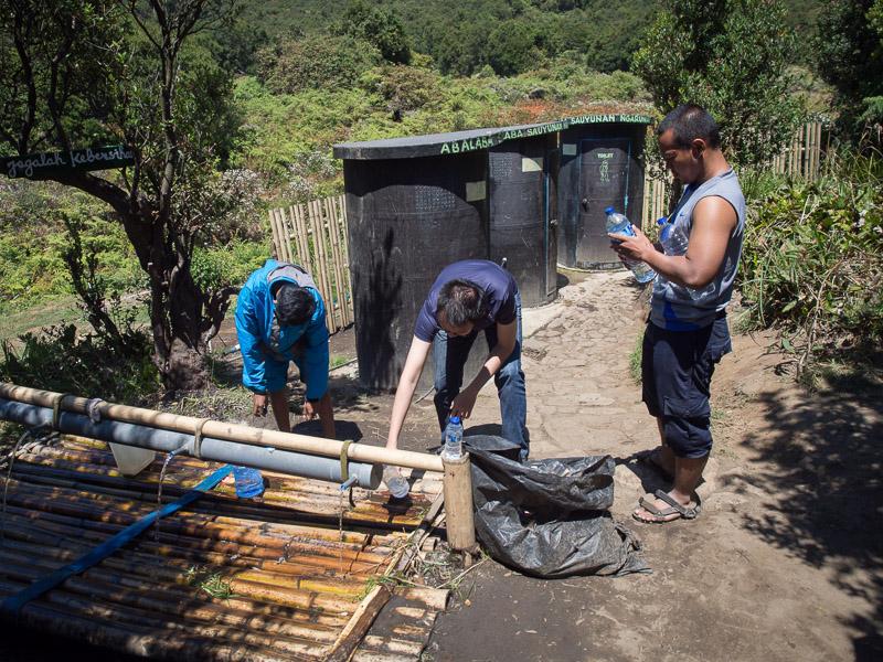Pondok saladah sudah seperti bumi perkemahan, ada toilet dan air yang terus mengalir.