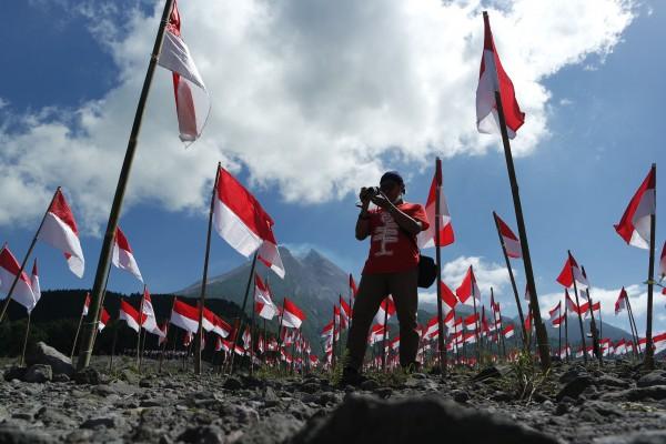 Pengibaran seribu bendera di kaki merapi
