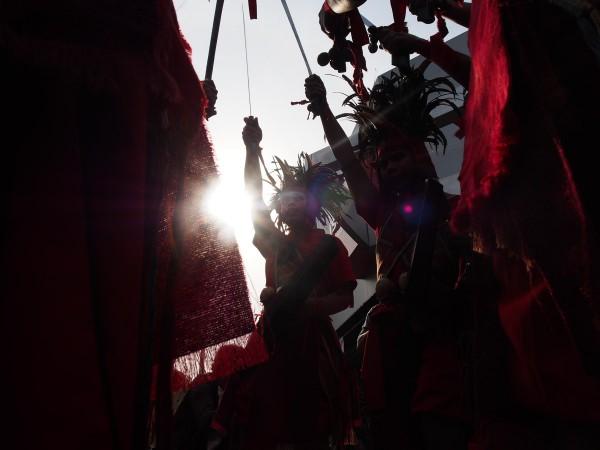Tari kawasaran menyambut tim terios 7 wonders di manado