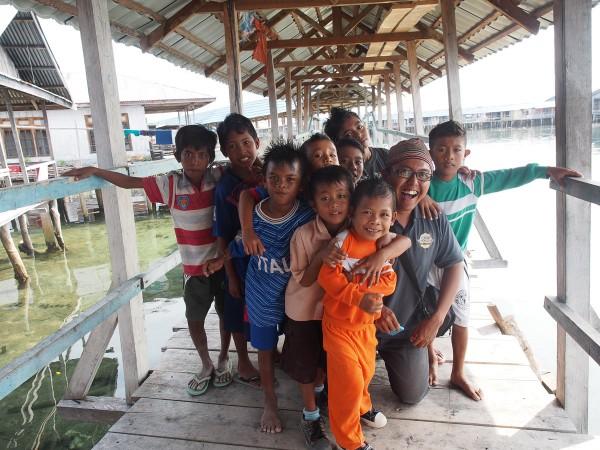 Bersama anak-anak bajo
