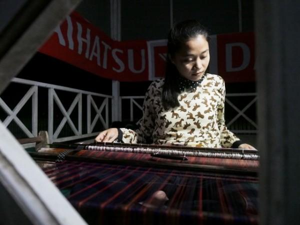 Gadis muda penenun kain mandar, ia menenun untuk membiayai kuliahnya. Luar biasa!