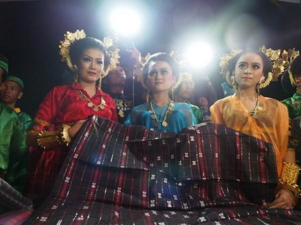 Para gadis memamerkan kain mandar, kain sutera khas Majene.