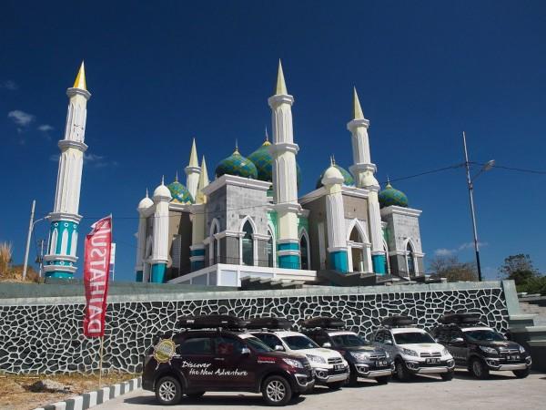 Berfoto di depan masjid pare-pare sekaligus acara CSR daihatsu yang mengadakan lomba marawis dan menyumbang hewan kurban