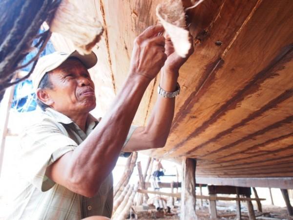 Membuat phinisi, proses merekatkan kayu-kayu.