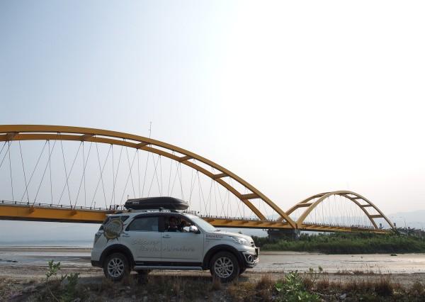 Melewati jembatan ponulele