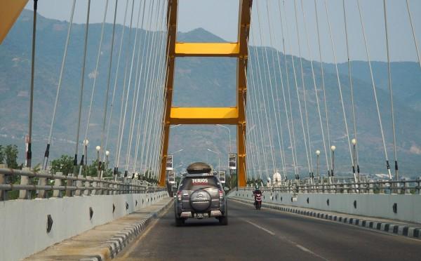 Terios menyebrangi jembatan ponulele