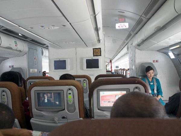 Interior GA898 yang pakai airbus A330. Pramugarinya cantik.