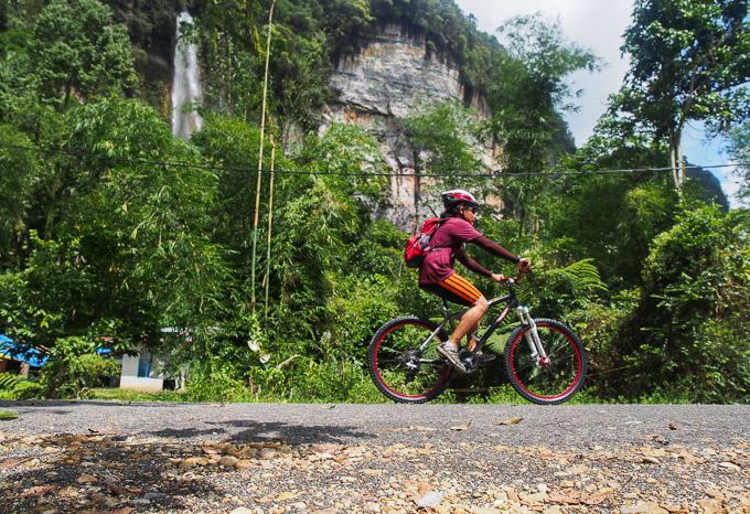 Bersepeda di lembah harau