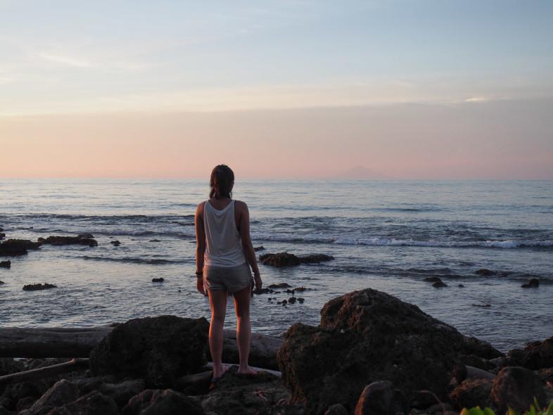 Menikmati Senja dengan latar belakang anak Krakatau