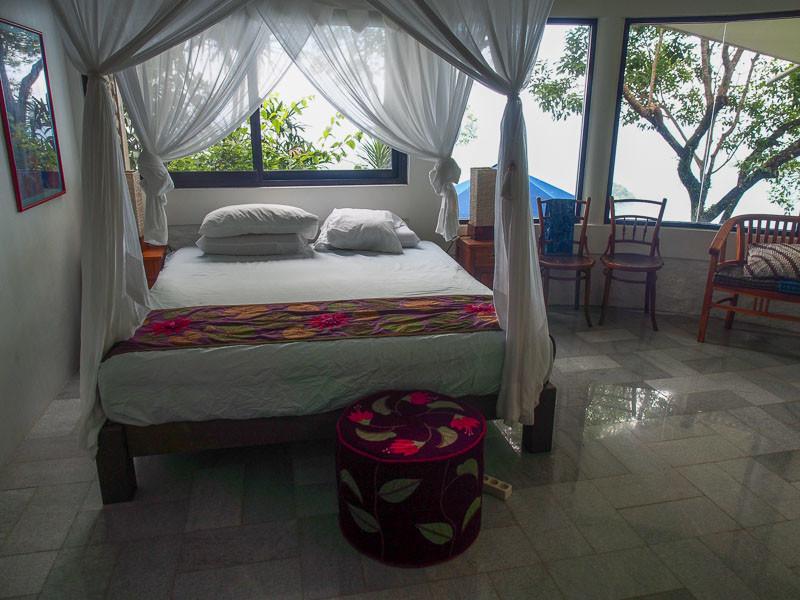 Tempat tidur kamar utama