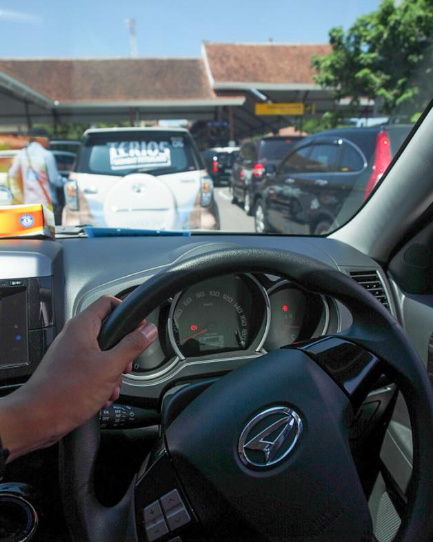 Dashboard new daihatsu terios yang lebih macho dan sporty. Font ngka-angka di speedometer juga jadi lebih tegas dan jelas.
