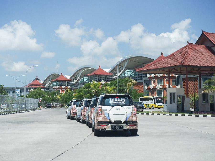 New Daihatsu Terios Berpose di depan Bandara Internasional Ngurah Rai