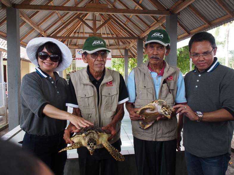 """Untuk program CSR pada test drive new terios di Bali ini, tim daihatsu membantu sebuah program konservasi penyu di Desa Perancak. Yang menakjubkan, para petugas konservasi disini adalah para mantan penjual telur penyu yang sudah """"tobat"""". Luar biasa!"""