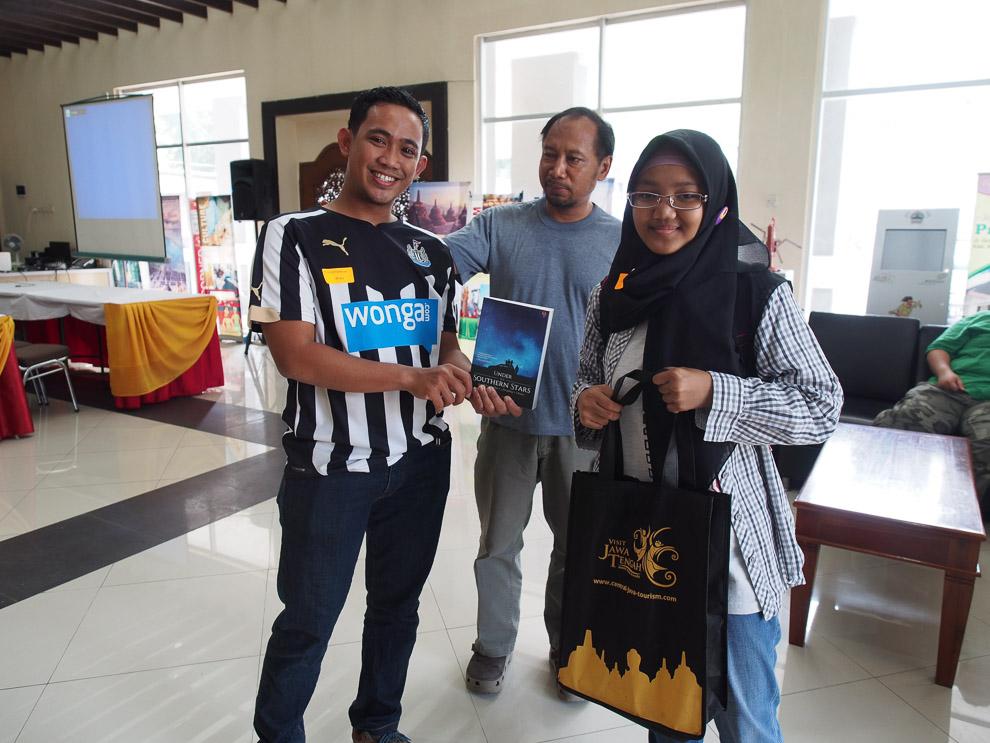 TIga peserta yang datang pertama mendapatkan buku dari Gagasmedia