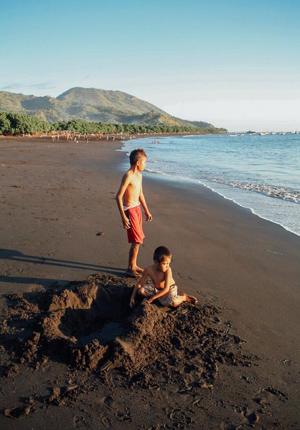 Pantai Ende yang berpasir hitam.