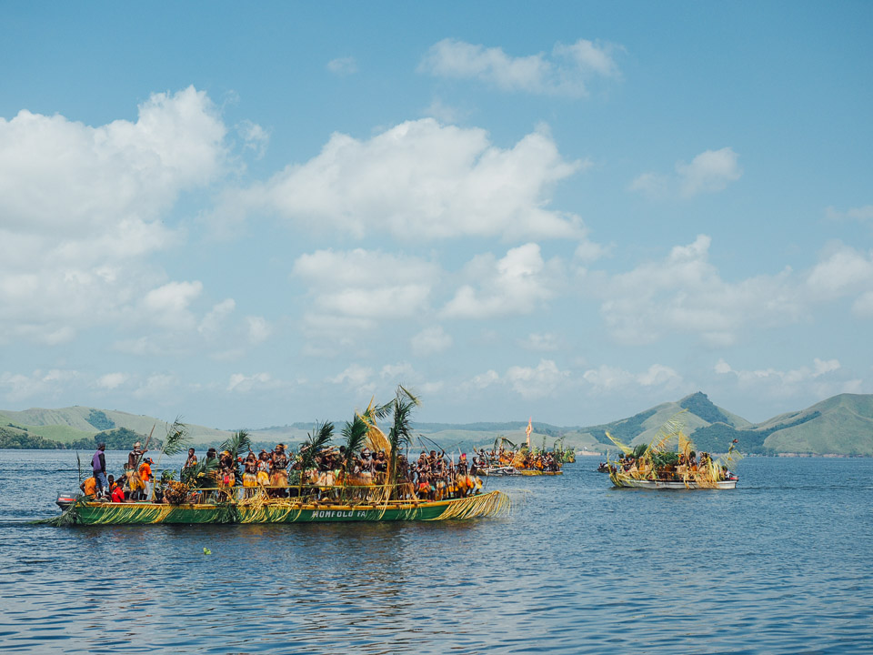 Tarian Isosolo Festival danau sentani