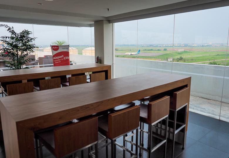 Air asia cafe, langsung terlihat runway disana