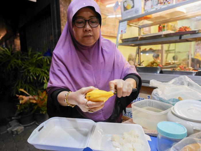 Pesen mango sticky rice dulu buat cemilan