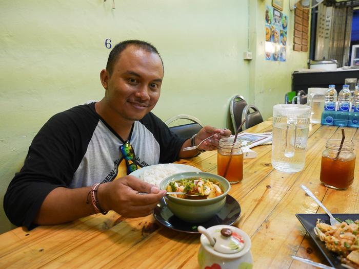 Om bolang sedang menikmati Tom Yum, bukannya segar malah ngantuk, kebanyakan nambah nasi.