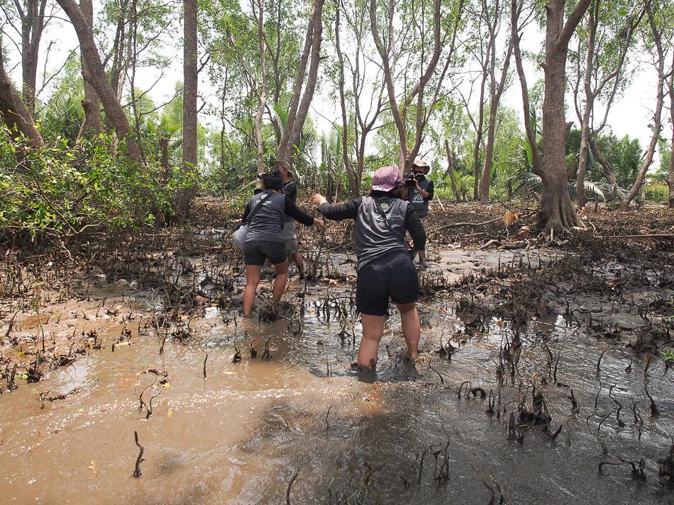 Mendarat di pulau kaget, disambut lumpur.